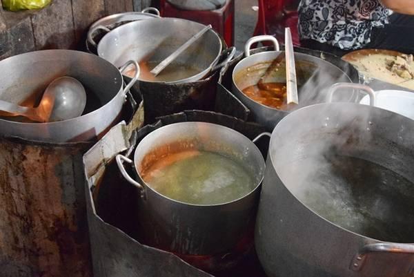 Năm nồi khác nhau để làm nước lèo cho các món bún bò, mì Quảng, nước ăn kèm cơm gà, cháo vịt... luôn đặt trên bếp than hồng.