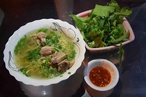 Mì Quảng thịt vịt là món ăn được nhiều người yêu thích. Sợi mì Quảng ở Phan Thiết thường nhỏ, có màu vàng của trứng. Tô mì có nhiều nước, khác với tô mì Quảng ít nước ở Quảng Nam, Đà Nẵng, dọn cùng rau sống và nước mắm ớt ăn kèm.