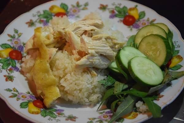Cơm gà với phần cơm nấu từ nước luộc gà, dậy mùi, và thịt gà xé, ăn kèm rau thơm và dưa leo. Một phần có giá từ 30.000 đồng tùy thịt đùi hay cánh gà.