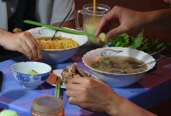 Các món cháo ăn kèm gỏi vịt cũng được yêu thích. Một du khách Hàn Quốc chia sẻ cô ăn cháo gỏi vịt thấy ngon nên đã mua thêm phần mang về cho bạn đồng hành.