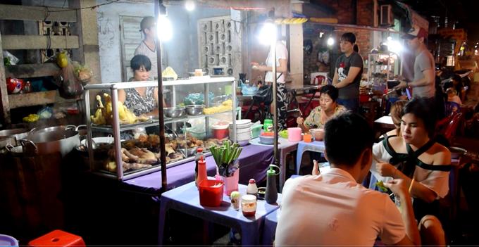 Quán bán từ 5h chiều đến tối khuya, trên đường Huỳnh Thúc Kháng, đối diện khu chợ đêm Mũi Né, là địa chỉ ăn đêm của nhiều du khách đến khu vực này. Giá các món ăn từ 30.000 đồng.