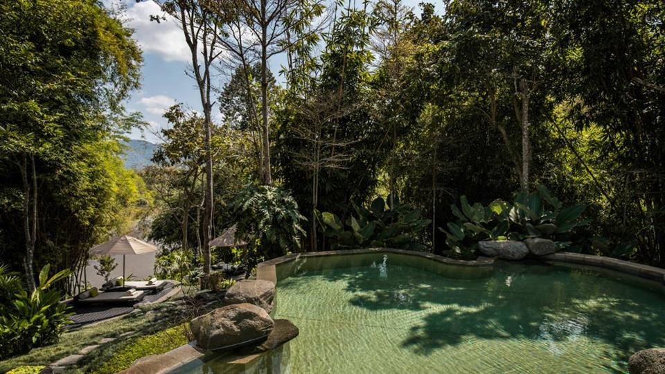 Bể bơi ngoài trời nhìn ra dòng sông Ruak cung cấp khung cảnh lý tưởng để ngắm hoàng hôn hay phong cảnh mộc mạc hoang dã. Tại đây du khách cần chi trả từ 2.000 USD trở lên cho mỗi đêm nghỉ.