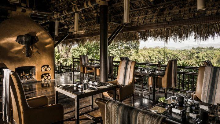 Nhà hàng Nong Yao phục vụ các món ăn của Thái Lan, Lào, Myanmar và phương Tây. Du khách cũng có thể thưởng thức cocktail bình dị hay các đặc sản địa phương ở Burma Bar, hoặc tới thăm hầm rượu vang Wine Cellar là nơi lưu trữ tuyển chọn các loại rượu vang Thái Lan cũng như thế giới.