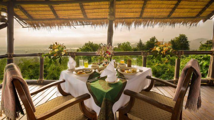 Du khách cũng có thể tới điểm cao nhất của resort thưởng thức bữa sáng và ngắm mặt trời mọc lên từ phía sau những ngọn núi của Lào. Ngoài ra du khách cũng có thể yêu cầu một bữa ăn ngoài trời trong vườn, bên bờ sông hoặc trong rừng già với những món ăn ưa thích.