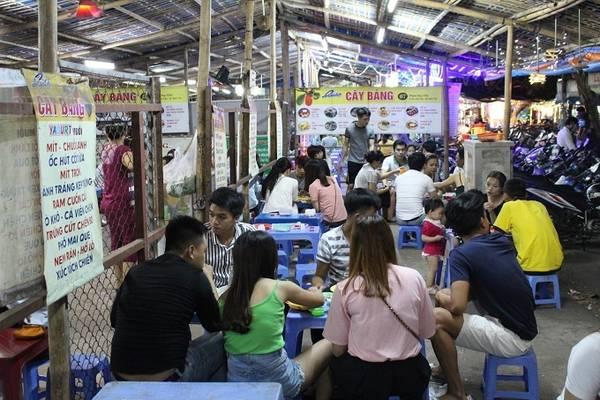 """""""Làng sữa chua muối"""" ở gần cầu Trần Thị Lý là địa chỉ nổi tiếng mà du khách sẽ được người bản địa giới thiệu khi muốn ăn món này. Từ đầu đường Phan Huy Chú kéo dài đến đường Nguyễn Thiếp, phường An Hải Tây, quận Sơn Trà tuy chỉ dài khoảng 100 m có đến hơn 20 quán."""