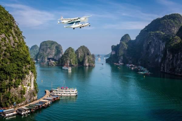 Tạp chí The New York Times (Mỹ) từng bình chọn trải nghiệm ngắm Vịnh Hạ Long từ thủy phi cơ là một trong những dịch vụ du lịch hấp dẫn nhất năm 2015. Ảnh: seaplanes.vn