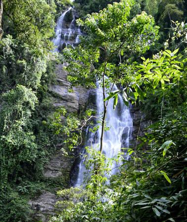 Thác Lưng Trời hoang sơ, hùng vĩ giữa rừng - Ảnh: NG.HƯỜNG