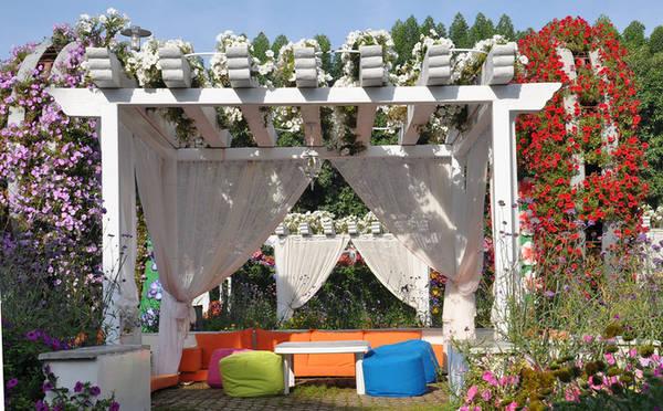 Khi cần nghỉ ngơi trong bóng râm, các cổng hoa hay những lều hoa ngay lập tức sẽ đáp ứng nhu cầu của du khách. Ảnh: Minh An.