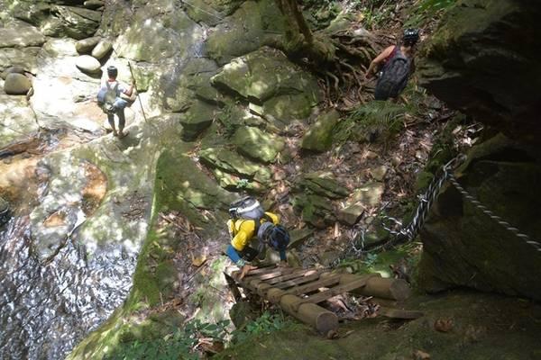 Trong khi khám phá, du khách được đơn vị tổ chức tour hướng dẫn cách sử dụng các dụng cụ, leo thang, di chuyển theo quy tắc nghiêm ngặt. Ảnh: Thanh Tuyết.
