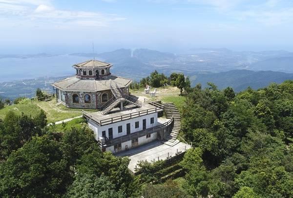 Vọng Hải Đài là điểm cao nhất ngắm cảnh trên đỉnh núi Bạch Mã. Từ đây có thể nhìn được vịnh Lăng Cô, Hồ Truồi... Ảnh: Nguyễn Đông.