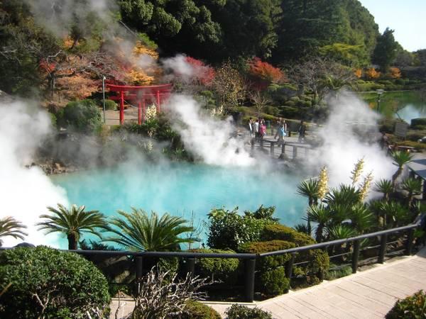 """""""Địa ngục"""" nước nóng ở Beppu Tại tỉnh Oita, thành phố Beppu là nơi nổi tiếng nhất với các mạch, hồ nước nóng phun trào từ lòng đất và luôn bốc hơi nghi ngút, thu hút du khách khắp nơi đến tham quan. Beppu có 8 jigoku, tiếng Nhật là địa ngục chỉ các suối nước nóng lớn. Nước ở các suối này có nhiệt độ khoảng 50-99,5 độ C. Du khách còn có thể mua trứng luộc từ chính nước suối này để ăn. Video: Hương Chi."""
