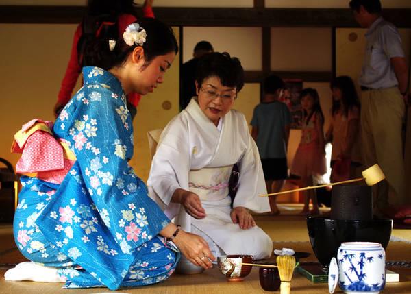 Nghệ thuật trà đạo Tới thành phố cổ Kitsuki thuộc tỉnh Oita, du khách có thể thử làm người Nhật với các trải nghiệm mặc kimono, dạo phố cổ thăm các nhà cổ, và tập pha trà. Tại đây có dịch vụ dạy khách du lịch pha trà, cách thưởng trà miễn phí, tuy nhiên phải đặt trước khi đến. Khâu chuẩn bị cho việc pha trà mất khoảng 15 -20 phút để đảm bảo đủ vật dụng, nguyên liệu cho khách trải nghiệm. Du khách tới sẽ có người hướng dẫn tận tình từng bước. Ảnh: Hương Chi.