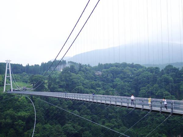 """Cầu treo Yume Yume là cầu treo cao nhất Nhật Bản nằm tại Kokonoemachi, tỉnh Oita, dành riêng cho người đi bộ. Với độ cao 173 m, chiều dài 390 m, cầu được thiết kế để chịu tải trọng đến 1.800 người lớn. Từ trên cầu có thể ngắm nhìn cảnh lá đỏ bạt ngàn vào mùa thu, và thác nước hùng vĩ nằm trong danh sách """"100 thác nước đẹp nhất Nhật Bản"""". Ngoài ra, tấm ván sàn ở trung tâm cầu có cấu tạo lưới có kẽ hở nên khách có thể quan sát quang cảnh ngay dưới chân mình. Ảnh: Hương Chi."""