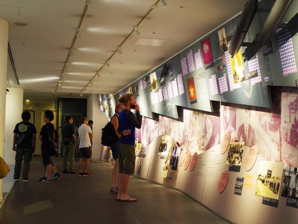 Bảo tàng bom nguyên tử Nagasaki Bảo tàng được xây dựng để tưởng nhớ những người đã chết bởi vụ đánh bom nguyên tử xuống Nagasaki vào ngày 9/8/1945, và cũng là nơi để cầu nguyện cho hòa bình. Bảo tàng gồm tầng trên mặt đất và hai tầng hầm. Tầng thứ nhất trưng bày vật kỷ niệm của các nạn nhân đã mất trong vụ đánh bom, và những câu nói ấn tượng được viết trong đó. Tầng hầm thứ hai trưng bày giấy viết tay, di ảnh, kỷ vật và hình ảnh liên quan đến những nạn nhân đó. Xung quanh còn có bảo tàng tư liệu về nguyên tử Nagasaki và hội quán hòa bình Nagasaki cho những du khách muốn kết hợp tham quan. Ảnh: Hương Chi.