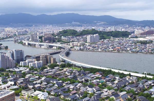 """Tháp Fukuoka Tháp cao 234 m là tháp ven biển cao nhất Nhật Bản. Đây là đài kỷ niệm """"Asian Pacific Expo (Yokatopia)"""", được xây dựng vào năm 1989 nhân kỷ niệm 100 năm thành lập chính quyền thành phố Fukuoka. Từ phòng quan sát ở độ cao 116 m có thể ngắm nhìn toàn cảnh thành phố trong tầm mắt. Năm 2010, ngọn tháp thu hút tới 10 triệu lượt khách tham quan. Ảnh: Hương Chi."""