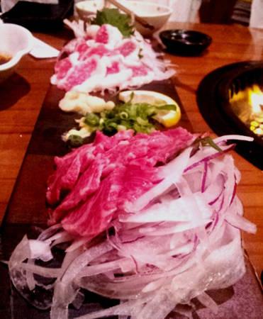 Thịt ngựa sống Basashi Với khách nước ngoài, basashi thuộc top những món ăn kinh dị nhất, nhưng với người Nhật đây lại là đặc sản truyền thống rất được ưa chuộng. Và nhắc tới thịt ngựa sống không thể quên Kumamoto bởi món này là đặc sản của thành phố. Thịt ngựa thường được chia làm ba loại: nhiều mỡ, nhiều nạc, trung hòa cả nạc và mỡ. Basashi được bảo quản lạnh và thường ăn cùng tương shoyu, tỏi, gừng, wasabi, hành. Với những thực khách lần đầu ăn như tôi, ý nghĩ đầu tiên là thịt có thể có mùi hôi khó ăn vì còn sống. Nhưng tuyệt nhiên khi ăn xong lại có cảm giác khác hẳn. Thịt mềm, vị thanh ngọt, không hề có mùi khó chịu, tuy nhiên loại nhiều nạc ăn thích hơn so với nhiều mỡ. Ảnh: Hương Chi.