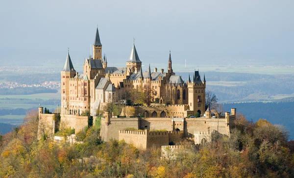 Lâu đài Hohenzollern, Baden-Wurttemberg, Đức: Lâu đài nằm trên núi Hohenzollern, ở dãy Alps Swabian phía nam Stuttgart thường xuyên có mây mù bao phủ. Lâu đài được xây dựng từ năm 1846 đến năm 1867. Đây là lâu đài đầu tiên của dòng họ Hohenzollern, từ một dòng họ bá tước nhỏ ở vùng Schwaben, họ đã vươn lên trở thành một thế lực lớn ở châu Âu. Tới đây, khách du lịch có thể được tận mắt chiêm ngưỡng toàn cảnh cung điện nguy nga tráng lệ, với nội thất sang trọng và những căn phòng hoàng gia cùng với khu trưng bày hiện vật lịch sử, thư viện. Ảnh: Viajesyvacaciones.
