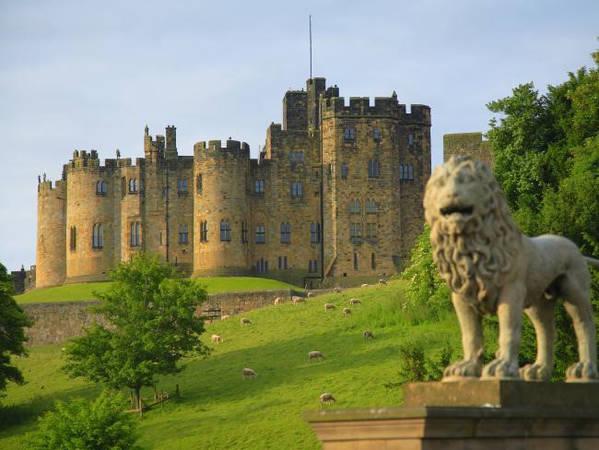 Lâu đài Alnwick, vùng Northumberland, Anh: Lâu đài Alnwick được xây dựng sau cuộc xâm lược Anh của người Norman và là nơi ở của gia đình Northumberland trong 700 năm. Lâu đài từng được chọn làm bối cảnh cho trường phù thủy Hogwarts trong phim về phù thủy Harry Potter. Ảnh: Escape.