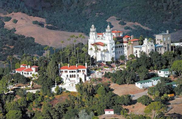 Lâu đài Hearst, California, Mỹ: Hearst được lấy cảm hứng từ những cung điện và lâu đài mà William Randolph Hearst nhìn thấy trong một chuyến đi chơi thời thơ ấu đến châu Âu và được xây dựng trên bờ biển Big Sur của California giữa Los Angeles và San Francisco. Lâu đài được xây dựng đầu thế kỷ 20 trong vòng 28 năm và hiện nay là một viện bảo tàng. Du khách tới đây có thể tham quan 58 phòng ngủ, 60 phòng tắm và 19 phòng khách cùng với hồ bơi, sân tennis và rạp chiếu phim. Ảnh: Sfgate.
