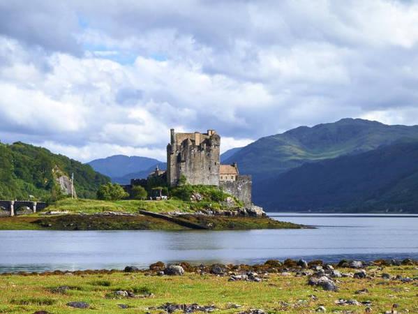 Lâu đài Eilean Donan, Scotland: Lâu đài nằm trên một hòn đảo ở miền tây thơ mộng của Scotland. Được xây dựng vào thế kỉ 13, hiện nay Eilean Donan là một trong những điểm đến nổi tiếng nhất Scotland. Lâu đài đã bị tàn sau cách mạng Jacobite và được phục hồi năm 1932. Những năm 1980 Eilean Donan được biết đến qua bộ phim Highlander và trở thành nguồn cảm hứng cho lâu đài trong phim hoạt hình Công chúa tóc xù của Disney. Ảnh: Escape.