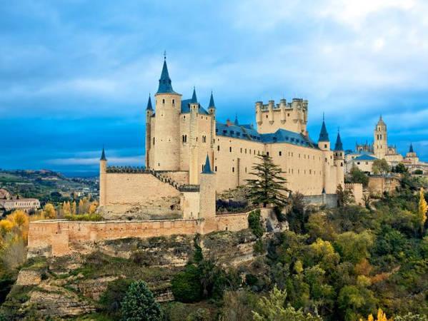 Lâu đài Alcazar, Segovia, Tây Ban Nha: Đây là lâu đài nổi tiếng nhất Tây Ban Nha và từng là nơi ở của hoàng gia. Alcazar cũng là một trong những nguồn cảm hứng cho lâu đài trong phim hoạt hình Cinderella của Disney. Leo lên 152 bậc thang bên trong tháp Juan II du khách sẽ nhìn ra toàn cảnh Segovia và khu Old Town đã được công nhận là Di sản thế giới. Ảnh: IStock.
