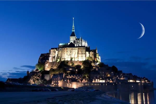 Mont Saint Michel, Normandy, Pháp: Mont Saint Michel là một hòn đảo ở Normandie, Pháp, có diện tích khoảng 100 ha. Tính đến hết năm 2009, dân số của hòn đảo là 44 người. Đây là một trong số những địa điểm nổi tiếng nhất ở Pháp với khoảng 3 triệu du khách ghé thăm mỗi năm. Mont Saint Michel và vịnh biển của mình đã được UNESCO công nhận là Di sản thế giới. Hơn 60 tòa nhà trên đảo được công nhận là Di tích lịch sử của Pháp. Ảnh: Dicasparis.