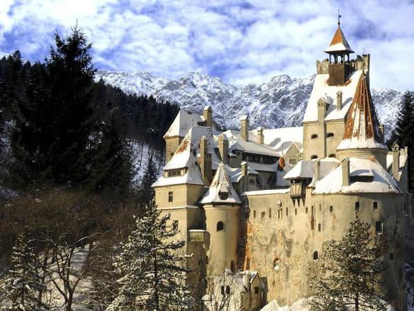"""Lâu đài Chillon, Montreux, Thụy Sỹ: Lâu đài Chillon nằm trên bờ đá hồ Geneva, cách thành phố Montreux 3 km thu hút 350.000 khách du lịch mỗi năm. Lâu đài bao gồm 100 tòa nhà độc lập đã được liên kết để trở thành một khu thống nhất. Du khách tới đây có cơ hội được chiêm ngưỡng bức tranh tường có từ thế kỷ 14, các hội trường và phòng ngủ. Lâu đài còn là một nhà tù nổi tiếng giam giữ tù nhân Bonivard từ năm 1530 đến 1536. Vào năm 1816, thi sĩ Lord nhắc đến trong những bài thơ viết về tù nhân của lâu đài (1816) với sáng tác """"Người tù của Chillon"""". Ảnh: Escape."""