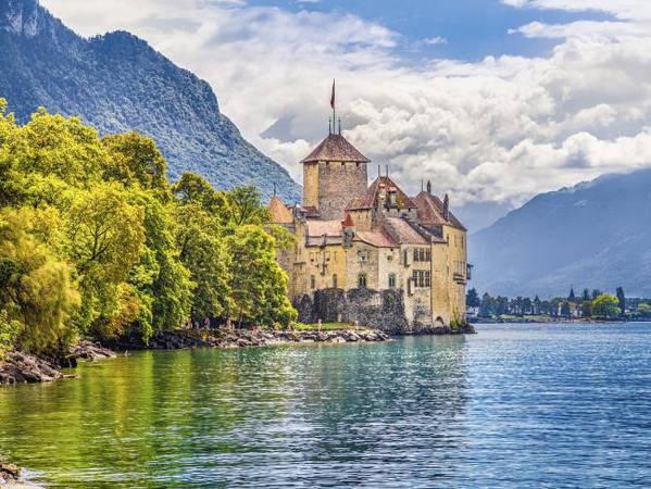 Lâu đài Bran, Brasov, Romania: Lâu đài Bran cách thủ đô Bucharest của Rumani 200 km. Nhà văn Ireland Bram Stoker chưa từng đến Bran, nhưng những mô tả về lâu đài Bran nằm trên bờ vực của một con sông lại là nguồn cảm hứng để ông tạo ra một trong những nhân vật lâu đời nhất của văn học, bá tước Dracula của Transylvania, và ngôi nhà đáng sợ của ông. Dracula là một tác phẩm hư cấu nhưng chuyến viếng thăm lâu đài Bran với những tháp pháo và những ngọn núi bao quanh sẽ cho du khách biết nhiều câu chuyện có thật về các hiệp sĩ, các vị vua và hoàng hậu. Ảnh: Escape.