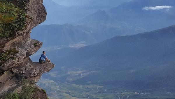 """Mỏm đá chênh vênh mới được Facebooker Bố Hĩm chia sẻ nằm trên đường lên đỉnh Lao Thẩn, nóc nhà Y Tý, Bát Xát, Lào Cai. Đây được người dân địa phương gọi là """"sóng đá"""" nhìn về phía thung lũng Dền Sáng và núi Nhìu Cồ San. Theo tác giả ảnh, """"sóng đá"""" nằm gần điểm hạ trại đầu tiên khi trek đỉnh Lảo Thẩn, ở độ cao khoảng 2.400 m. Từ đây lên đỉnh trung bình khoảng một tiếng. Ảnh: Bố Hĩm."""