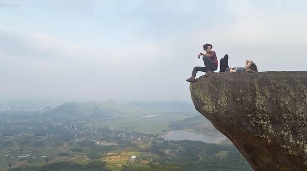 Ngay gần Hà Nội, mỏm đá ở Thạch Thất cũng từng khiến cộng đồng phượt thủ xôn xao. Tuy nhiên thực tế, mỏm đá này không thật sự đáng sợ do chỉ cách mặt đất khoảng 5 m. Do góc chụp, bức ảnh có thể đánh lừa người xem với cảm giác chênh vênh, mạo hiểm. Ảnh: Phú Nguyễn