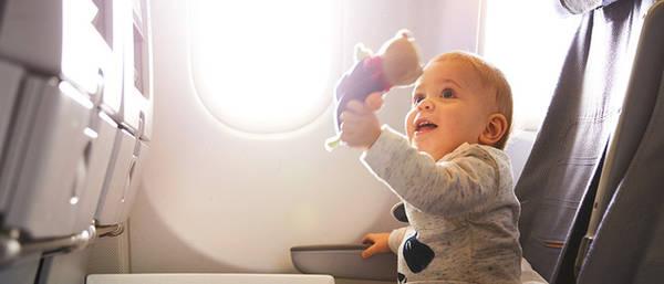 Hãy lập hẳn một danh sách các đồ dùng cần mang theo lên máy bay cùng trẻ - Ảnh: Lufthansa