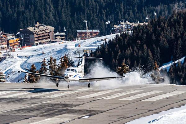 Sân bay Courchevel nằm tít trên núi cao. Ảnh: Roberto Chiartano/Shutterstock