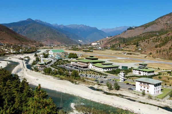Sân bay Paro của Bhutan nằm trong một thung lũng nhỏ. Ảnh: Doug Knuth via WIkimedia Commons