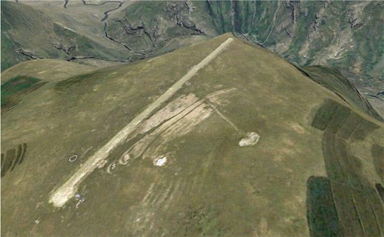 Sân bay Matekane Air Strip ở Lesotho không có gì ngoài một đường băng dài 400m có một đầu kết thúc là vách núi. Ảnh: Tom Claytor via Wikimedia Commons