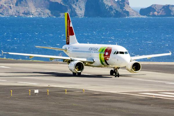 Sân bay Madeira nằm giữa Đại Tây Dương và những ngọn núi cao vút. Ảnh: Alberto Loyo/Shutterstock