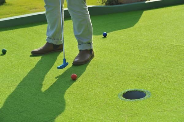 …đánh golf tại sân mini Putt-Putt…