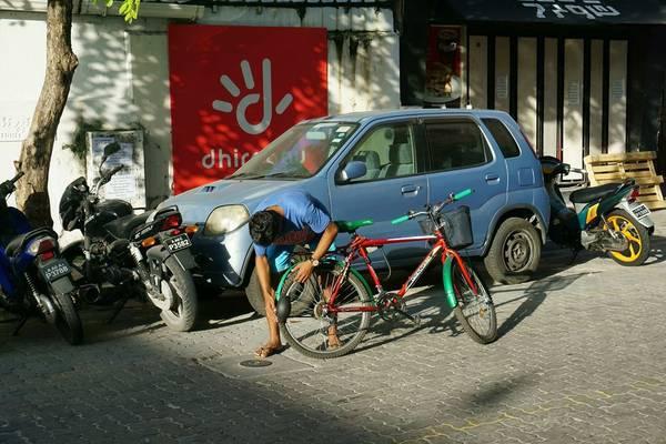 Một người đàn ông bị hỏng xe ở Malé
