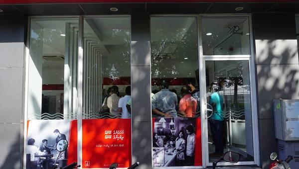 Người dân rút tiền trong một ATM