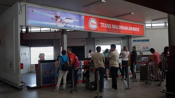 Du khách làm thủ tục bay chuyến bay nội địa từ sân bay Malé trước khi ra đảo