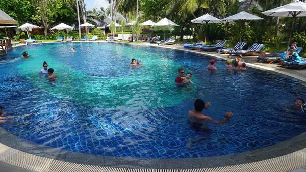 Bể bơi trên Bandos resort