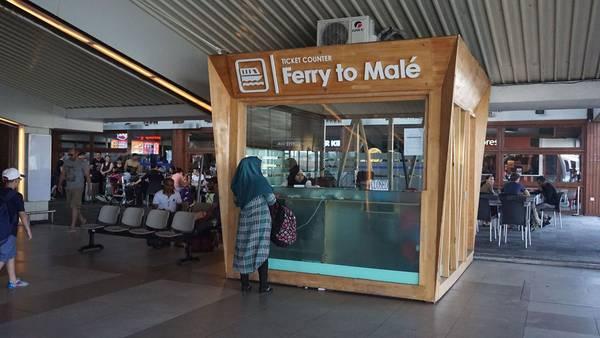 Quầy bán vé phà sang thủ đô Malé tại sân bay