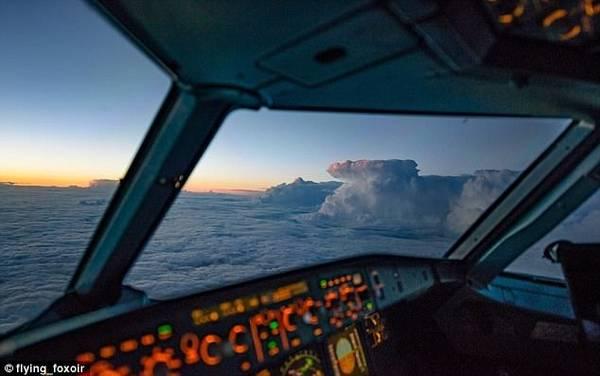 Một cơn bão nhìn từ xa