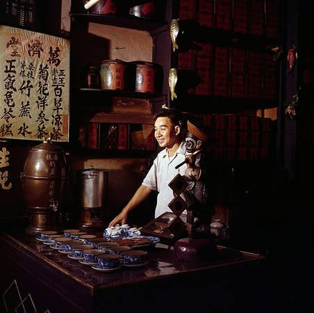 Du nhập vào Sài Gòn, người Hoa còn mang theo các vở diễn kinh kịch. Đây là một thể loại ca kịch nổi tiếng ở Trung Quốc hình thành và phát triển mạnh tại Bắc Kinh vào thời vua Càn Long. Trong hình là hậu trường của các cô gái đang trang điểm chuẩn bị cho một vở diễn.