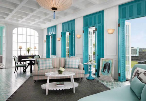 Cách bờ biển hơn 40 km, JW Marriott ở Phú Quốc ra mắt Emerald Bay Resort & Spa (phòng đôi có giá từ 390 USD) vào tháng 3. Lấy cảm hứng kiến trúc Pháp, khu nghỉ dưỡng có sàn nhà nhiều họa tiết cổ điển, đồ nội thất sở hữu tông màu ngọc trai, trần nhà cao tạo không gian thoáng đãng.