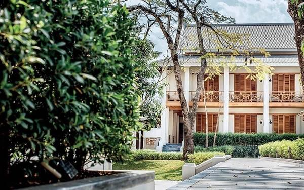 Tháng 1, khách sạn Azerai có 53 phòng (phòng đôi có giá từ 250 USD) nằm trong thị trấn của những ngôi đền Luang Prabang, Lào tái hiện trụ sở của các sĩ quan Pháp trước đây. Khách sạn mới nằm giữa sông Khan và sông Mekong. Du khách có thể thư giãn trong khu vực sân vườn tươi tốt, và tham quan những điểm du lịch được UNESCO công nhận là di sản thế giới cách khách sạn không xa.