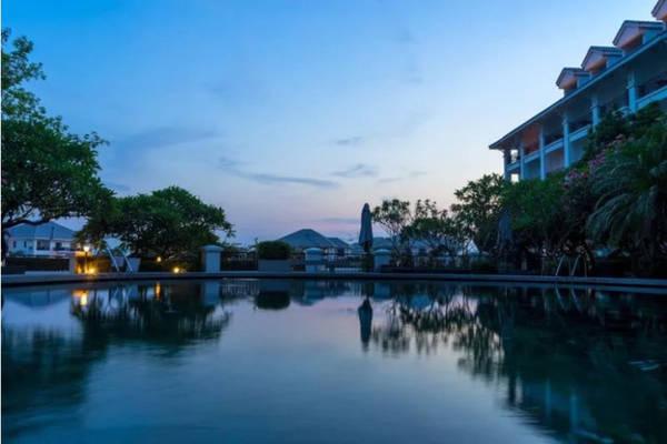 18h30 Bơi thư giãn ở khách sạn Ở Hồ Tây du khách tìm được nhiều địa chỉ khách sạn cao cấp với bể bơi lớn để thư giãn hoặc đơn giản là dạo Hồ Tây ngắm hoàng hôn cùng khung cảnh người Hà Nội câu cá, chơi cờ ở ven hồ.