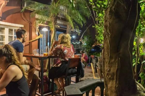 19h30 Tụ tập ở quán thưởng thức bia thủ công Nằm trong một ngõ nhỏ đường Âu Cơ, du khách tìm thấy Red River Tea Room. Đây là một địa chỉ phục vụ bia, rượu được sản xuất thủ công ở Việt Nam mà thu hút đông khách nước ngoài.