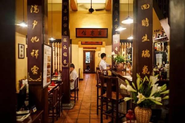 20h30 Ăn tối trong nhà hàng cổ Du khách có thể thưởng thức từ bữa sáng trưa tới tối ngay bên các quán ăn vỉa hè, tuy nhiên để có một bữa ăn đầy đủ dịch vụ hãy vào một nhà hàng. Địa chỉ được Saveur gợi ý là Porte D'Annam - nhà hàng do đầu bếp người Pháp Didier Corlou gây dựng ngay trong một nhôi nhà cổ trên phố Nhà Thờ. Nhà hàng phục vụ đủ món ngon của cả Việt Nam và Pháp, nổi bật và cũng được phục vụ nhiều nhất là phở cuốn.
