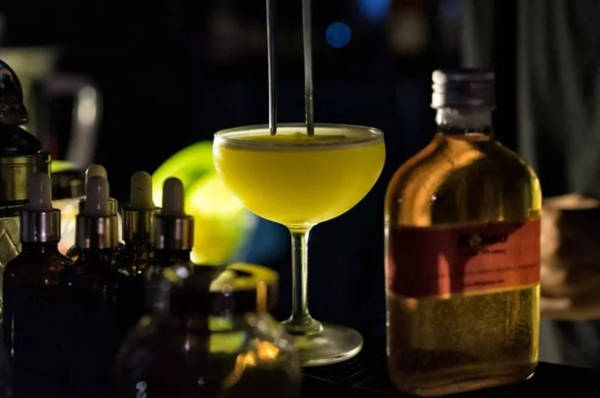 21h30 Nhâm nhi ly coctail trong quán bar Ngoài bia, Hà Nội cũng không thiếu những quán bar phục vụ các loại cocktail. DOT là quán bar nằm trên đường Trấn Vũ mà tờ Saveur giới thiệu, một chỗ thú vị cho du khách vừa nhâm nhi cocktail vừa ngắm hồ buổi tối.