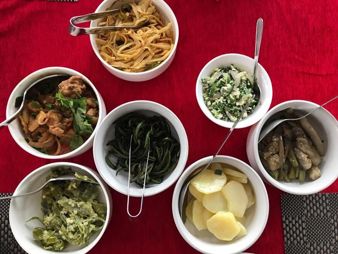 Một bữa ăn được phục vụ trong nhà hàng ở thủ đô Thimphu. Ảnh: Karen Lim.